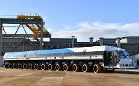 H3ロケットを発射台ごと運ぶ新型の台車=愛知県半田市で2018年12月5日午後2時58分、大西岳彦撮影
