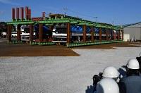 H3ロケットを発射台ごと運ぶ新型の台車=愛知県半田市で2018年12月5日午後2時32分、大西岳彦撮影