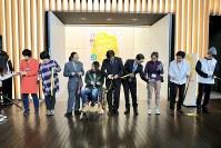 「ここから3」の開会式でテープカットを行う関係者=東京都港区の国立新美術館で2018年12月5日、岡本同世撮影