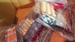 段ボール箱いっぱいに入った残薬(佐々木健さん提供)