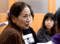 Yoko Nakano, 72, listens to reactions from elementary school students to whom she spoke about her experience when she was in elementary school as a child who had been exposed to the Nagasaki atomic bomb in the womb, in Fukutsu, Fukuoka Prefecture, on Nov. 12, 2018. (Mainichi/Toyokazu Tsumura)