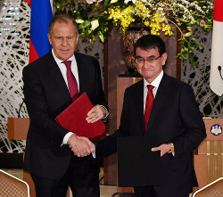 今年3月、来日したセルゲイ・ラブロフ露外相と握手を交わす河野太郎外相(右)(東京都港区で3月21日、代表撮影)