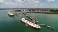 オーストラリア・ダーウィンのLNG積み出し港に停泊するLNG船(左)とLPG船 国際石油開発帝石提供