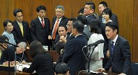 衆院法務委員会の審議はわずか17時間だった。野党議員らが抗議する中、入管法改正案が可決され、発言する山下貴司法相(右端)=国会内で11月27日、手塚耕一郎撮影