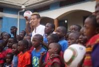 2017年6月、ウガンダを訪問した本田選手=本田選手のマネジメント会社「ホンダエスティーロ」提供