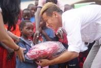 2017年6月、ウガンダを訪問した本田選手本田選手のマネジメント会社「ホンダエスティーロ」提供