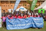 ウガンダでのサッカー教室で子供たちと笑顔を見せる二村さん(右端)、本松コーチ(中央後列)、坂本コーチ(左端)2018年5月(ソルティーロ提供)
