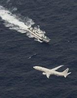 米軍機が墜落した海域付近で捜索活動をする海上保安庁の巡視艇と米軍の航空機=高知県の室戸岬南東約110キロ沖で2018年12月6日午後1時半、本社機「希望」から大西達也撮影