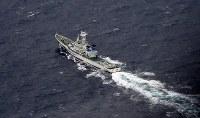 米軍機同士が接触し墜落した海域付近で捜索活動をする海上保安庁の船=高知県の室戸岬南東約100キロ沖で2018年12月6日午前11時8分、本社機「希望」から大西達也撮影