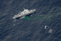 米軍機が墜落した海域付近で捜索活動をする海上保安庁の巡視艇=高知県の室戸岬南東約110キロ沖で2018年12月6日午後1時40分、本社機「希望」から大西達也撮影