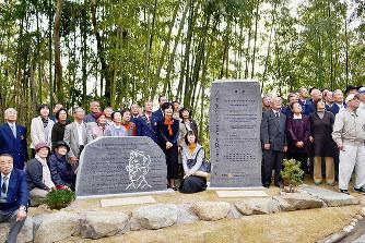 完成した岡潔の顕彰碑を囲んで記念写真に納まる除幕式の参加者たち=和歌山県橋本市柱本で