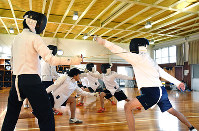 2人1組で攻撃動作の確認をする高校生たち=大津市国分1の県立石山高校で、小西雄介撮影