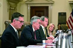 米連邦準備制度理事会(FRB)のパウエル議長(中央)は、利上げ阻止の圧力にどう対応するのか(Bloomberg)