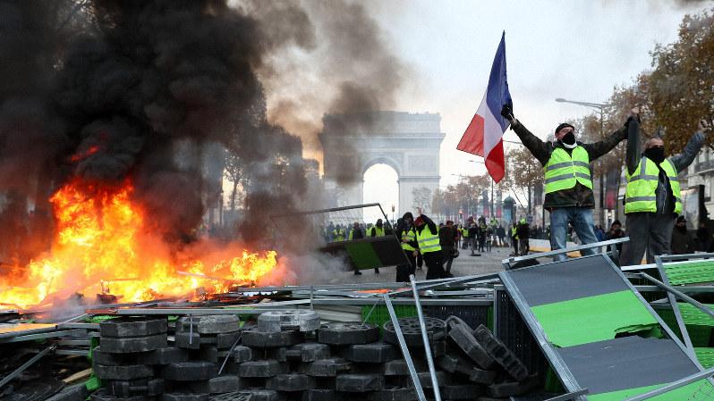 デモ隊に封鎖されたパリのシャンゼリゼ大通り(2018年11月24日=幾島健太郎撮影)