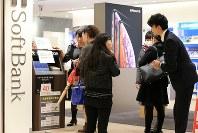 通信障害が発生し対応に追われるソフトバンクショップ=東京都千代田区で2018年12月6日午後6時56分、梅村直承撮影