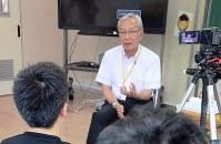インタビューを受ける当時の教頭。「学校再開の初日、バスで集まった子どもたちに『おかえりなさい』『今日からここで学びましょう』と声をかけると、ほっとした表情をしてくれた。皆さんに質問されて、はっと思い出しました」=福島県三春町熊耳の富岡町立第1、第2小学校三春校で2018年7月18日午後2時55分、尾崎修二撮影