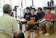 学校関係者や当時に児童の保護者へのインタビュー動画を撮影する6年生たち(右から1、3、4人目)=福島県三春町熊耳の富岡町立第1、第2小学校三春校で2018年7月18日午後2時45分、尾崎修二撮影