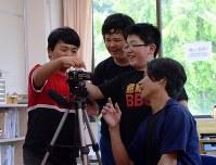 インタビュー前、映像制作の外部講師(右)と一緒にビデオカメラをセットする6年生の男子3人組=福島県三春町熊耳の富岡町立第1、第2小学校三春校で2018年7月18日午後2時17分、尾崎修二撮影