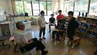 仮設校舎2階にある6年生の教室。机や椅子、本棚やホワイトボードなどあらゆる備品が全国から提供され、学校再開が実現した=福島県三春町熊耳の富岡町立第1、第2小学校三春校で2018年7月18日午後3時16分、尾崎修二撮影