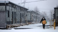 雪に包まれた仮設住宅=北海道厚真町の表町公園仮設団地で2018年12月7日午前11時、貝塚太一撮影