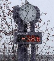 仮設団地内の温度計はマイナス3・8度を示していた=北海道厚真町の表町公園仮設団地で2018年12月7日午前10時35分、貝塚太一撮影