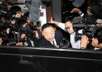 部屋を出て報道陣に囲まれる千賀ノ浦親方(中央)=東京都台東区で2018年12月7日午後0時39分、梅村直承撮影