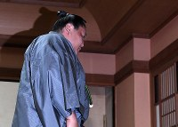 付け人への暴行を受けて引退を発表し、記者会見を終えて会場を後にする貴ノ岩=東京都台東区で2018年12月7日午後7時53分、竹内紀臣撮影
