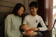 家族で休日を過ごすドアンさん(右)。失踪した友人たちとは今も連絡が取れないままだ=福岡市中央区で2018年12月2日、中村敦茂撮影