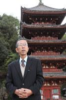 広島県福山市草戸町の歴史や文化を伝える活動をする三谷干城さん=同町の明王院で、松井勇人撮影