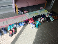 「いこいの広場」が開かれた中村町善隣館の玄関。参加してくれた子どもたちの靴が並んだ=眞鍋知子さん提供