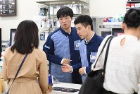 コンビニで働く二人の韓国人留学生=東京都新宿区で2018年10月17日、丸山博撮影