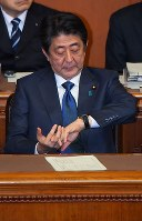 Prime Minister Shinzo Abe looks at his watch during a House of Councillors plenary session where opposition parties submitted a censure motion against him on Dec. 7, 2018. (Mainichi/Naoki Watanabe)