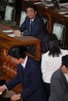 Prime Minister Shinzo Abe looks on as legislators vote on a censure motion against him during a House of Councillors plenary session on Dec. 7, 2018. (Mainichi/Naoaki Hasegawa)