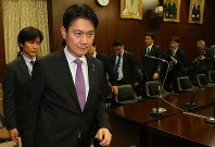 Justice Minister Takashi Yamashita leaves the chamber of the House of Councillors Judicial Affairs Committee after the panel approved a bill to revise the Immigration Control and Refugee Recognition Act on Dec. 8, 2018. (Mainichi/Naoaki Hasegawa)