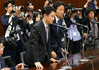 Justice Minister Takashi Yamashita, center, bows after the House of Councillors Judicial Affairs Committee approved a bill to revise the Immigration Control and Refugee Recognition Act on Dec. 8, 2018. (Mainichi/Naoaki Hasegawa)Legislators are seen voting in a House of Councillors plenary session on Dec. 8, 2018. (Mainichi/Naoaki Hasegawa)