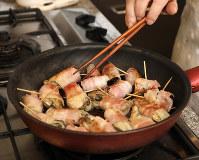 フライパンに油を熱して、ころがしながら油が落ちるまで焼く=尾籠章裕撮影