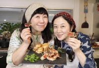 「超辛口のシャンパンが欲しくなります」西原理恵子さん(右)と枝元なほみさん=尾籠章裕撮影