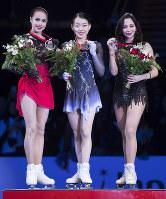フィギュアスケートのグランプリファイナル初出場で優勝した紀平梨花(中央)=AP