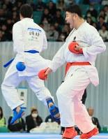 男子組手個人決勝、安藤大騎(左)を攻める香川幸允=日本武道館で2018年12月9日、梅村直承撮影
