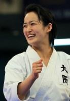 女子形個人決勝、優勝し笑顔を見せる清水希容=日本武道館で2018年12月9日、梅村直承撮影
