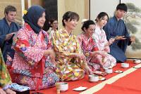 茶道体験に参加した外国人旅行客ら=大阪市西区の「MAIKOYA OSAKA」で、平川義之撮影