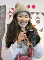 カメラを構える寺下ユンさん=福井県坂井市春江町西長田で、塚本恒撮影
