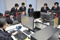 放課後に練習に励む千葉学芸高校コンピュータ部員たち=東金市の同校で2018年11月28日、宮本翔平撮影