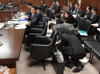 Bureaucrats prepare for Justice Minister Takashi Yamashita to respond to questions on a bill to accept more foreign workers in Japan at a House of Councillors Judicial Affairs Committee hearing at the Diet in Tokyo on Dec. 4, 2018. (Mainichi/Masahiro Kawata)