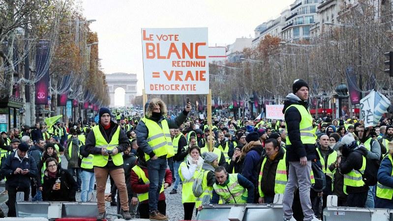 寒さのなか、シャンゼリゼ大通りに集まったデモ隊=パリで2018年11月24日、幾島健太郎撮影