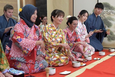 Foreign visitors clad in traditional Japanese kimono attire recently took part in a tea ceremony lesson at Maikoya Osaka as part of a hands-on experience of traditional Japanese culture in Osaka's Nishi Ward in western Japan. (Mainichi/Yoshiyuki Hirakawa)