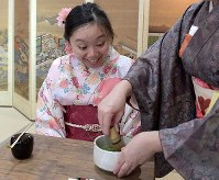A foreign visitor learns how to make a cup of tea at Maikoya Osaka as part of this recent hands-on experience of traditional Japanese culture in Osaka's Nishi Ward in western Japan. (Mainichi/Yoshiyuki Hirakawa)