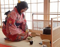 A foreign visitor tries out making a cup of tea after a recent lesson at Maikoya Osaka as part of a hands-on experience of traditional Japanese culture in Osaka's Nishi Ward in western Japan. (Mainichi/Yoshiyuki Hirakawa)