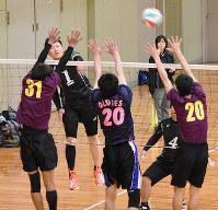 熱戦を繰り広げる選手たち=京都府舞鶴市の舞鶴文化公園体育館で、行方一男撮影