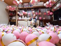 追い込みに入った福玉作り=京都市東山区で2018年12月7日、川平愛撮影